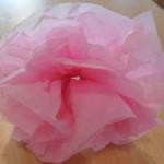 paso ocho para fabricar una flor con papel de seda